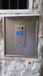 פנל קודן משולב אינטרקום דיגיטלי שמחייג לבעלי הדירה לטלפון הקווי או הסלולארי